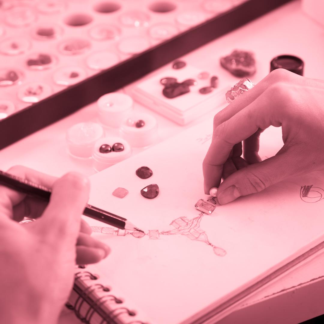 Estudante criando coleção de joias no curso Design de Joias - 4ED escola de design